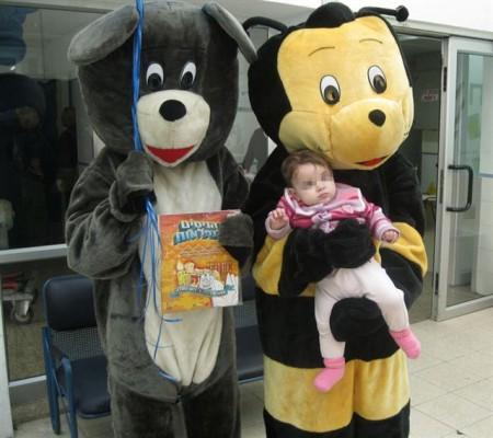 מתנדבי חסדי נעמי בבובות ענק עם ילדה מאושפזת בבית חולים וולפסון