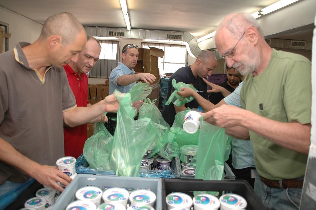 מתנדבים אורזים ערכות שבועות  בחסדי נעמי למשפחות נזקקות