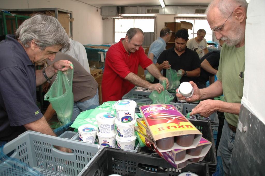 מתנדבים אורזים ערכות שבועות בחסדי נעמי