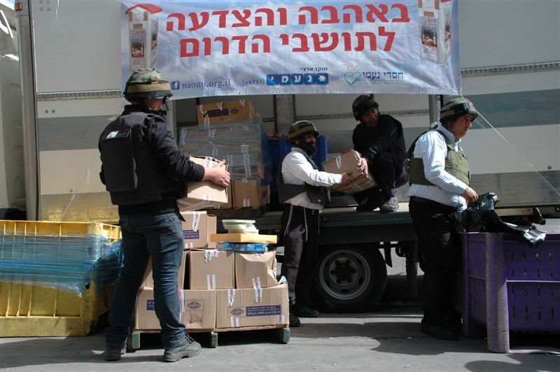 מתנדבי חסדי נעמי בחלוקת מזון לתושבי הדרום