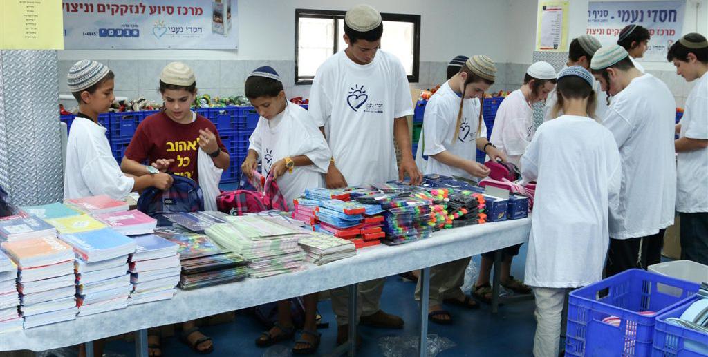 אריזת תיקים לילדים _נזקקים עי מתנדבי חסדי נעמי (1)
