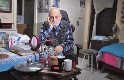 ולדימיר קנטריביץ' חי בחדרון זעיר, מוזנח וקר, עם קצבה דלה שלא מספיקה לכלום