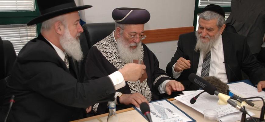 הרב הראשי לישראל: ראיתי שמחפשים אוכל באשפה, בכיתי
