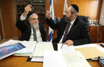 טקס מכירת חמץ אצל הרב הראשי לישראל